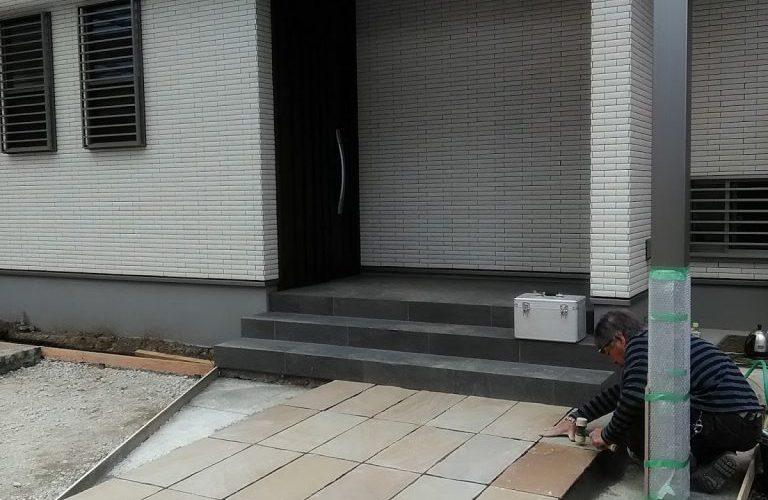 カーポートとアプローチ施工中。玄関周りは雨が降っても快適な空間です。